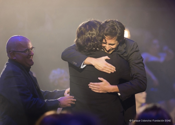 Juan Diego Botto y Sergio Peris-Mencheta abrazándose, con Valentín Álvarez al lado, Max al Mejor Diseño de Iluminación